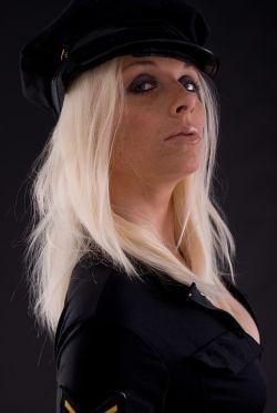 Kobieta w stroju policjantki